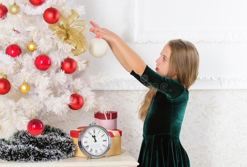 Día preferido del año Celebración de la Navidad Consiga increíblemente emocionado sobre la Navidad El esperar del árbol de navida imágenes de archivo libres de regalías