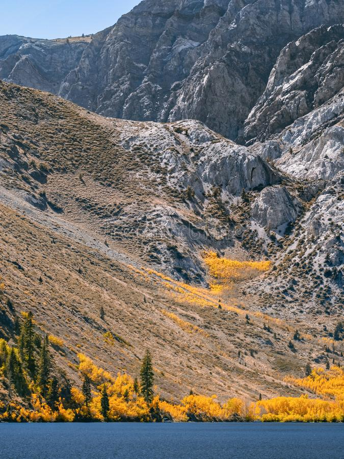 Día soleado brillante del otoño en un lago de la montaña en California imagenes de archivo