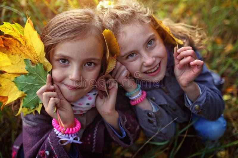 Día soleado con una hermana cariñosa imagenes de archivo