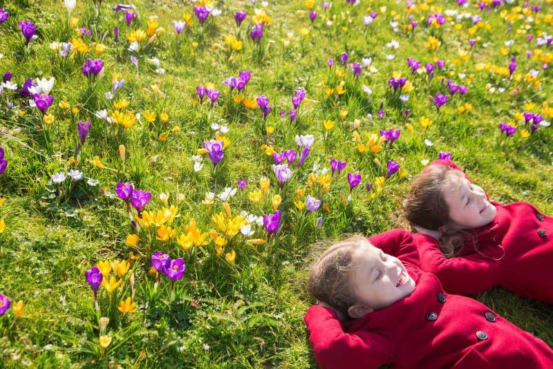 Día soleado de la primavera, primeras flores y niños felices fotografía de archivo libre de regalías
