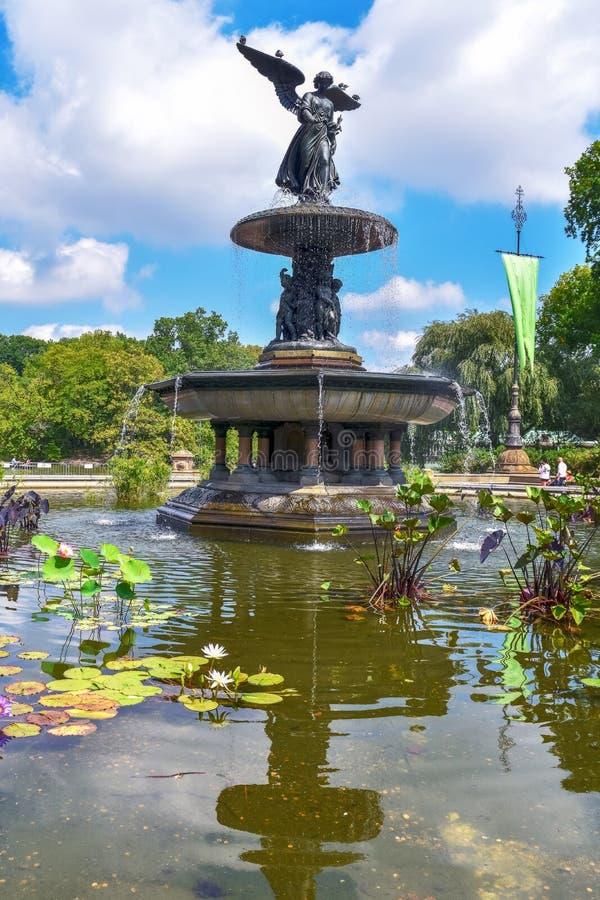 Día soleado en Central Park en la fuente de Bethesda Concepto de tiempo libre, tiempo libre y viajes Nueva York Estados Unidos fotografía de archivo
