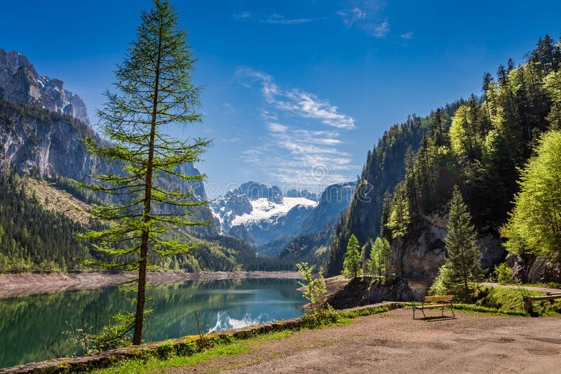 Día soleado en el lago de la montaña en Gosau en la primavera, montañas imagenes de archivo