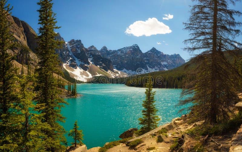 Día soleado en el lago moraine en el parque nacional de Banff, Alberta, Canadá foto de archivo