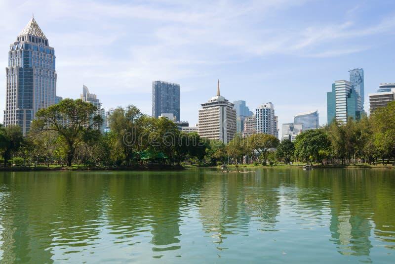 Día soleado en el lago en el parque de Lumpini Bangkok moderna fotos de archivo