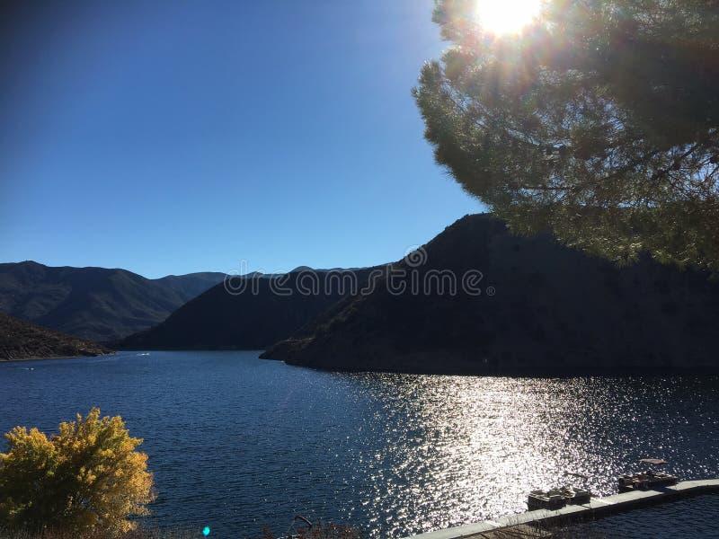 Día soleado en el lago Pyramide, California en la caída 2016 imágenes de archivo libres de regalías