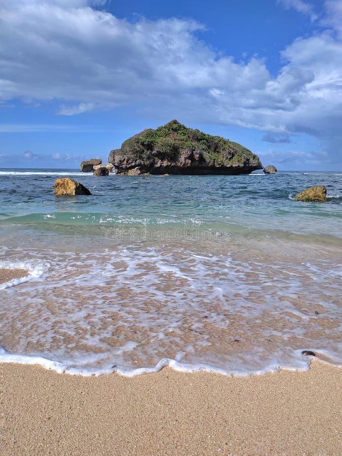 Día soleado en la playa, playa tropical hermosa en Yogyakarta, Indonesia fotos de archivo libres de regalías