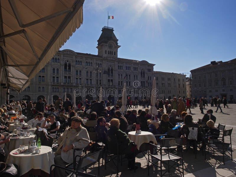 Día soleado en la plaza Unità fotos de archivo