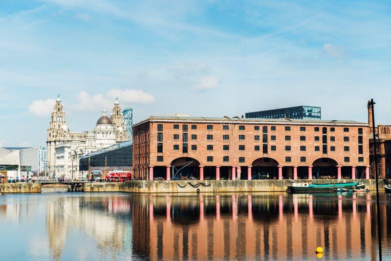 Día soleado hermoso en Liverpool, Reino Unido, distintas vistas del CIT foto de archivo