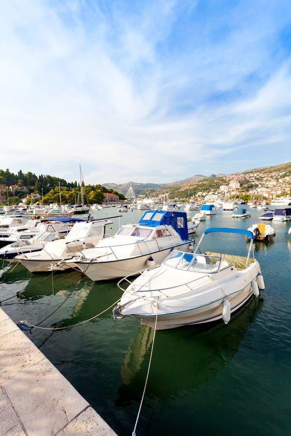 Día soleado hermoso sobre la bahía delante de Dubrovnik imagen de archivo libre de regalías