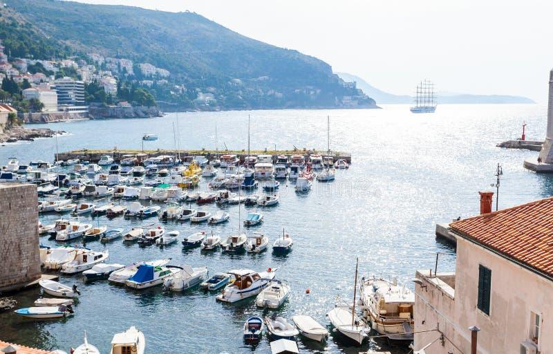 Día soleado hermoso sobre la bahía delante de Dubrovnik imagenes de archivo