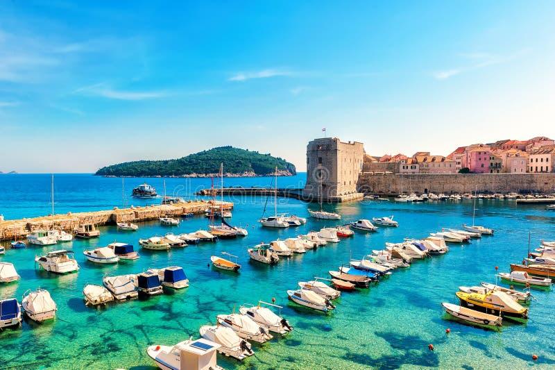 Día soleado hermoso sobre la bahía en la ciudad vieja delantera de Dubrovnik imagen de archivo libre de regalías