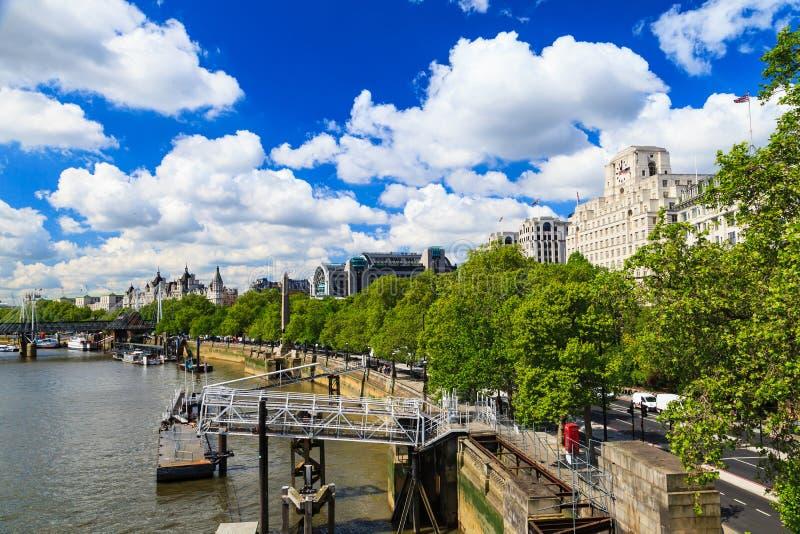 Día soleado a lo largo del río Támesis en Londres fotografía de archivo libre de regalías