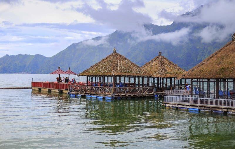 Día soleado sobre restaurante flotante en el lago Batur fotos de archivo