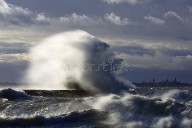 Día tempestuoso del chapoteo de la onda imagenes de archivo