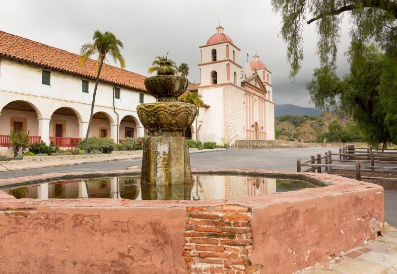 Día tempestuoso nublado en la misión de Santa Barbara fotografía de archivo