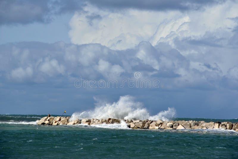 Día ventoso en el mar con las ondas grandes contra rocas imágenes de archivo libres de regalías