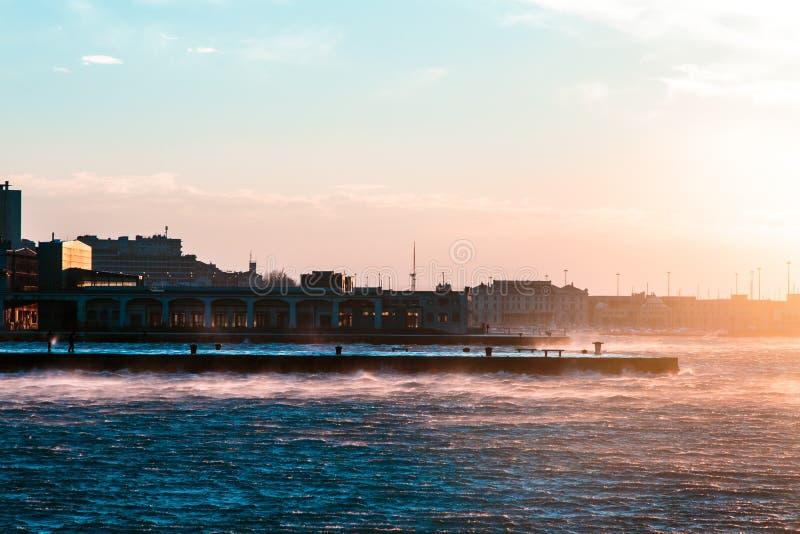 Día ventoso en la ciudad de Trieste fotografía de archivo