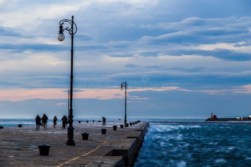 Día ventoso en la ciudad de Trieste fotos de archivo