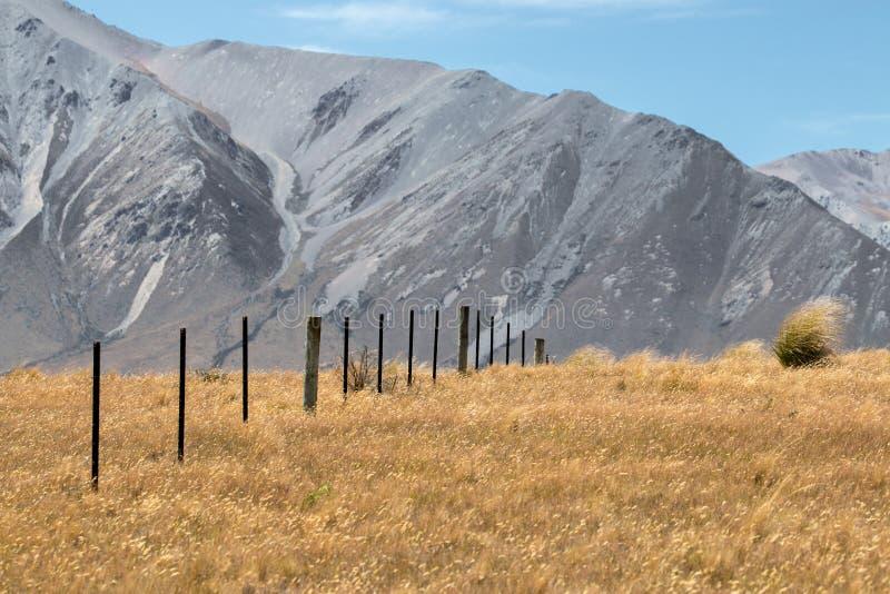 Día ventoso en la montaña imagenes de archivo