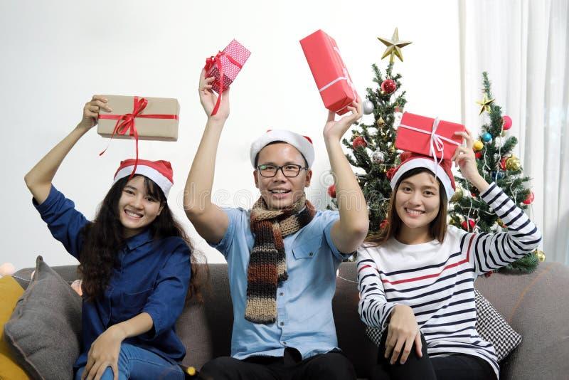 Días de fiesta de la Feliz Navidad y de la Feliz Año Nuevo Amigos asiáticos en el sa fotografía de archivo