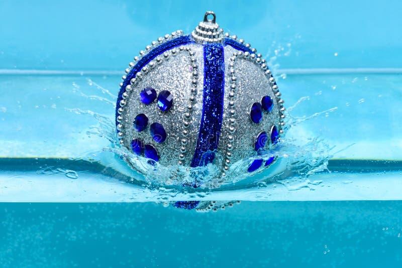 Días de fiesta y concepto de las vacaciones Decoración o juguete de la Navidad para la nadada del árbol de navidad en piscina Dec imagen de archivo
