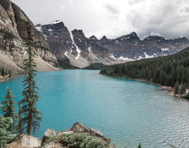 Días de verano sobre el agua azul del ` s del lago moraine en Banff imagenes de archivo