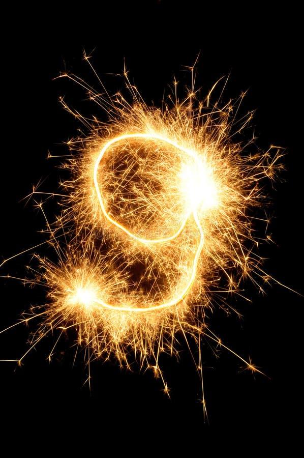 Dígito del Sparkler contra un fondo negro stock de ilustración