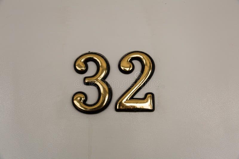 Dígitos amarillos en la puerta fotos de archivo