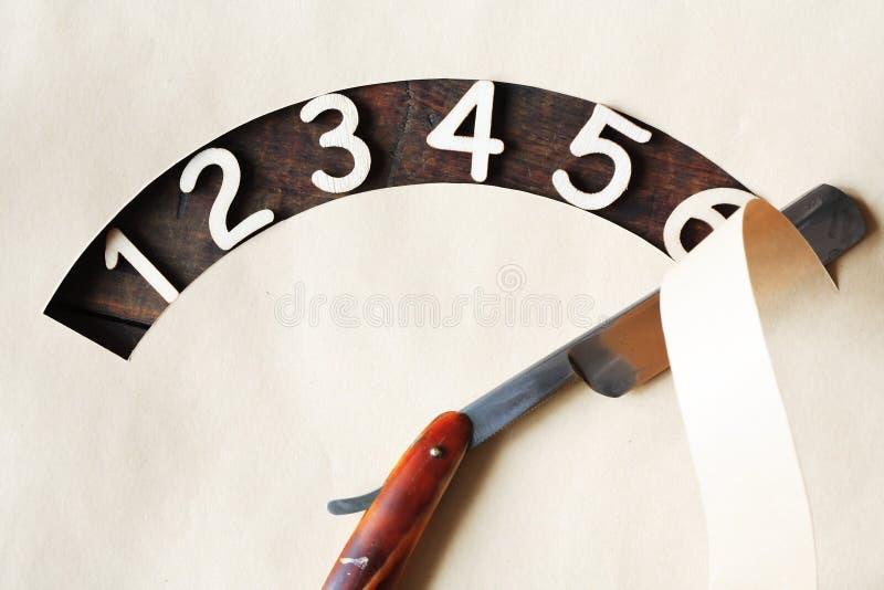 Dígitos y maquinilla de afeitar imagenes de archivo