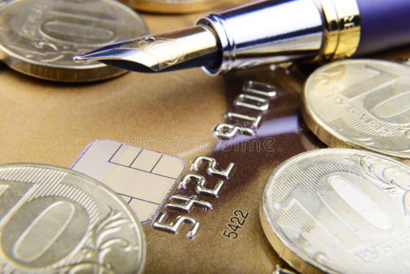 Dígitos y pluma en el primer de la tarjeta de crédito fotos de archivo