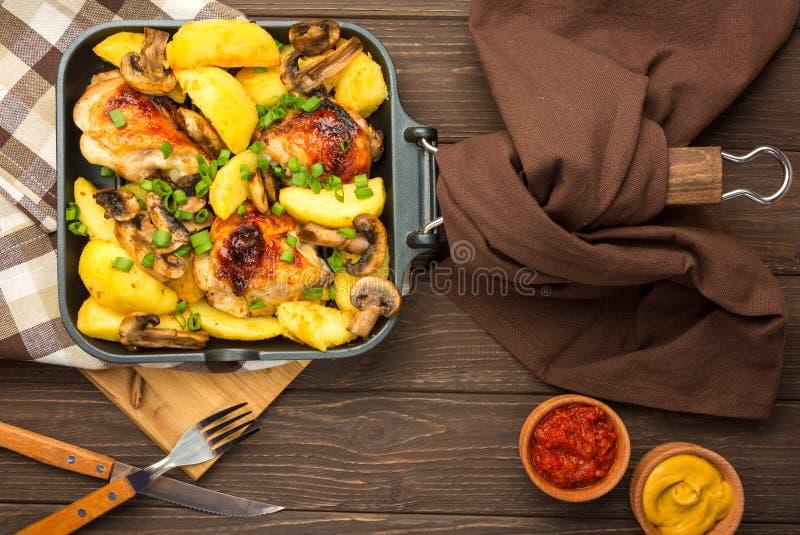 Dîner avec les jambes et le légume de poulet cuits au four photos libres de droits