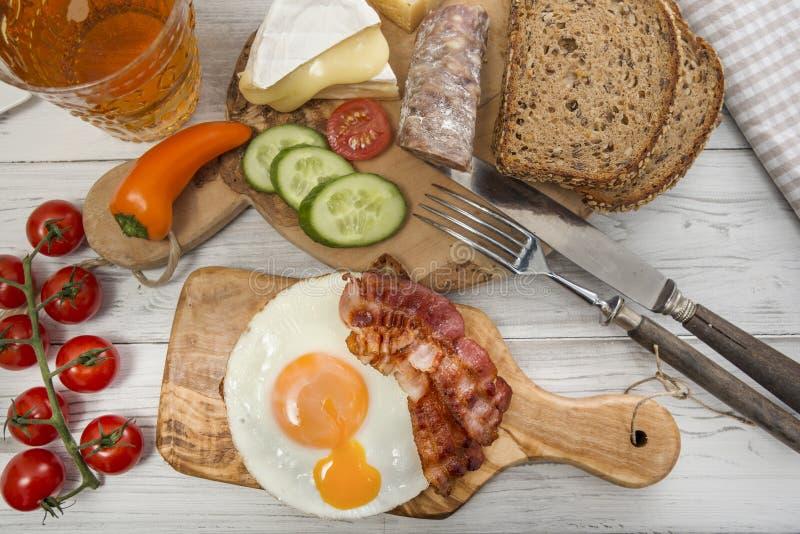 Dîner chaleureux, oeuf au plat et lard sur le pain de protéine image libre de droits