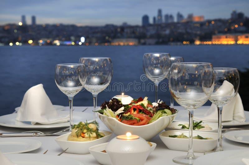 Dîner chez le Bosphorus, Istanbul - Turquie (nuit images stock