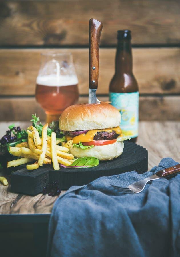 Dîner classique d'hamburger avec de la bière et des pommes frites, l'espace de copie images libres de droits