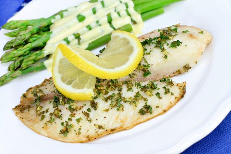 Dîner cuit au four frais de poissons de Tilapia. image stock