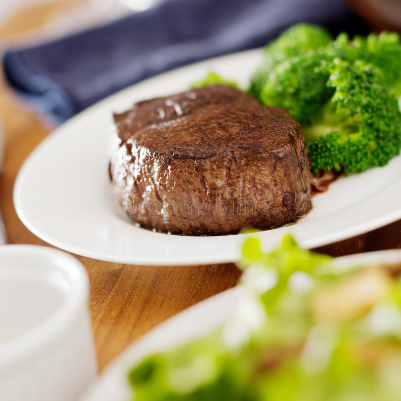 Dîner de bifteck avec de la salade et le broccoli. images stock