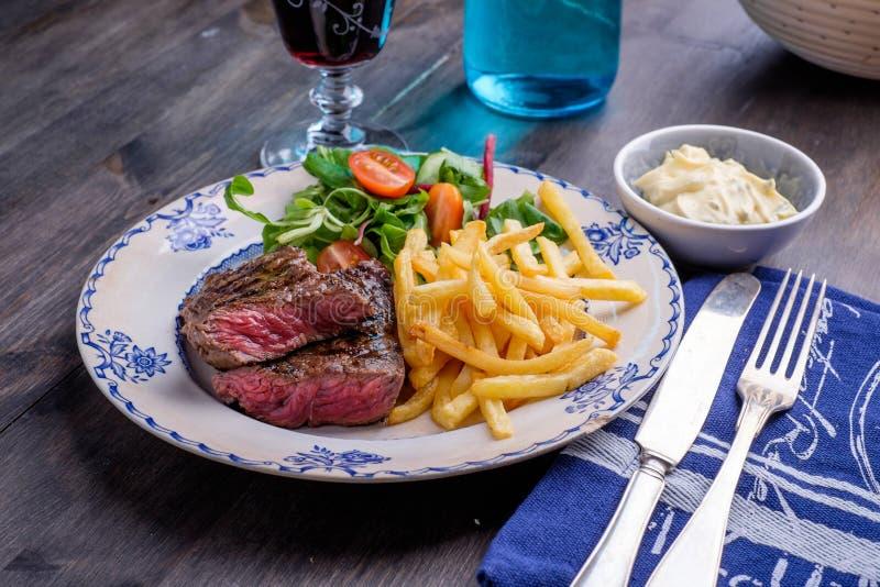 Dîner de bifteck avec les fritures et la sauce photographie stock