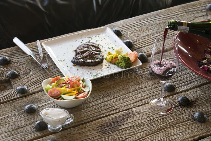 Dîner de bifteck sur la table en bois image libre de droits