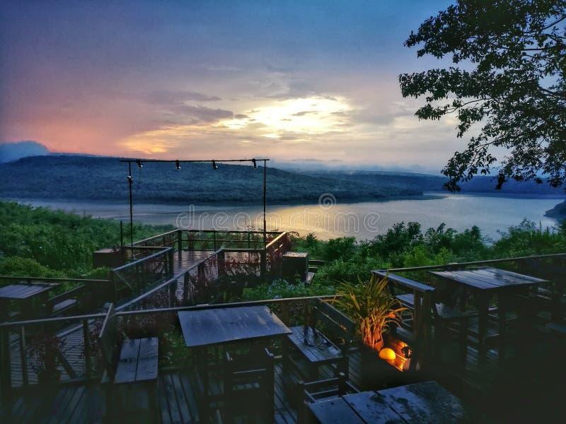 dîner de coucher du soleil près de côté de rivière photos libres de droits