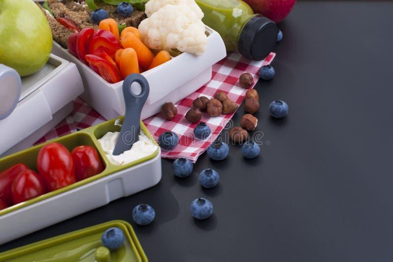 Dîner de Detox pour un beau corps Jus, pain grillé, légumes et fruits pour le déjeuner dans le bureau et sur la rue Vue supérieur image stock