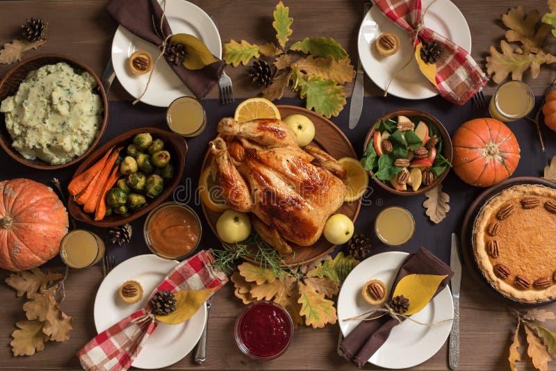Dîner de la Turquie de thanksgiving avec tous les côtés photographie stock