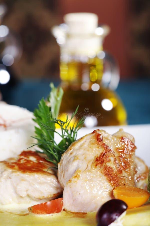 Dîner de mariage avec le bifteck et la salade de poulet photographie stock