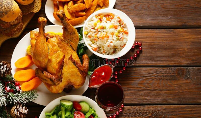 Dîner de Noël de fête avec le poulet cuit au four, pommes de terre photographie stock