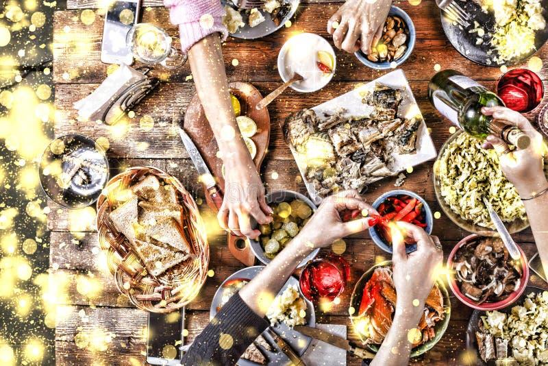 Dîner de Noël Flocons de neige d'or en baisse Encourage le dessus de la vue d'un dîner de Noël en bois bien servi de table avec l images libres de droits