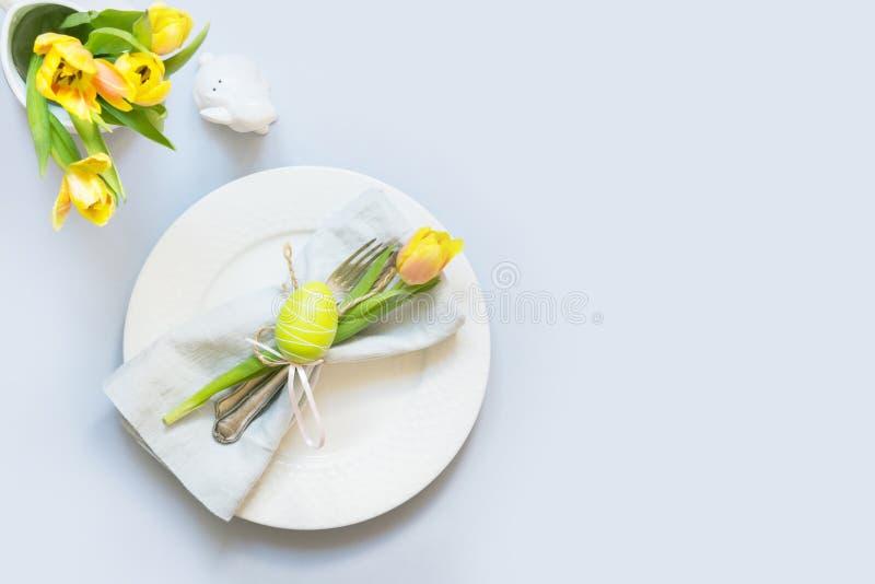 Dîner de Pâques Arrangement de Tableau avec la tulipe jaune sur la table Vue supérieure photo stock