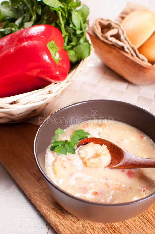 Dîner de soupe à fruits de mer avec des crevettes et des légumes images stock