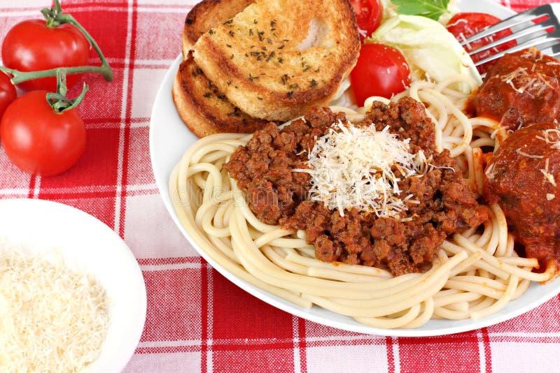 Dîner de spaghetti avec les boulettes de viande, la sauce et la salade. photo stock