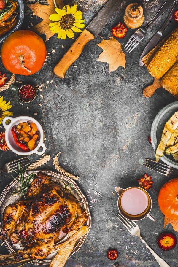 Dîner de thanksgiving faisant cuire la préparation avec de divers plats traditionnels : dinde, potiron, maïs, sauce et légumes rô images stock