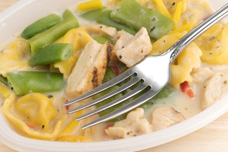 Dîner de TV de poulet et de tortellini avec une fourchette photos libres de droits