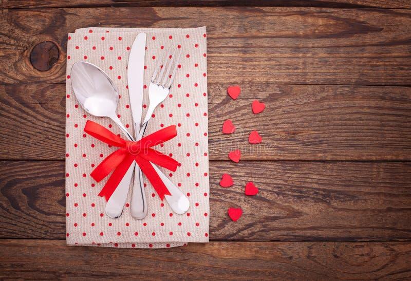 Dîner de valentines sur le fond en bois photographie stock